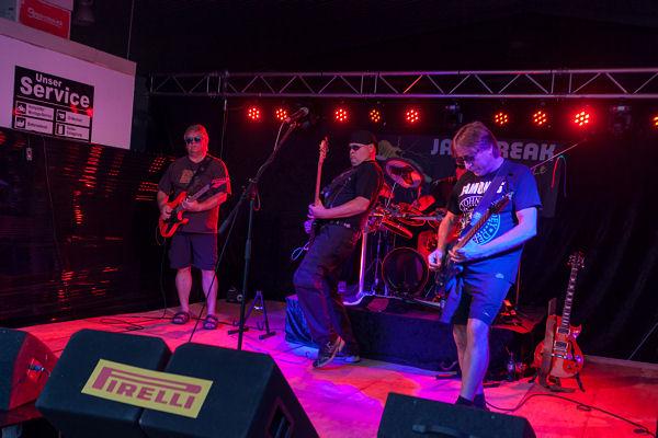 """Ab 20 Uhr sorgte die Band """"Jail Break"""" mit Rockmusik bis Mitternacht für Unterhaltung"""