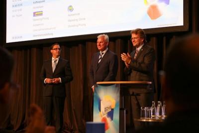 Seit einigen Wochen leitet Claus-Christian Schramm (Mitte) das Premio-Handelskonzept; er wurde zu seiner neuen Funktion von GDHS-Geschäftsführer Dr. Guido Hüffer (links) und seinem Vorgänger Jochen Clahsen nun auch offiziell den Partnern vorgestellt