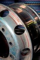 Werden Nutzfahrzeugräder auf sternenförmigen (Leichtbau-)Radnaben montiert, die dem Rad eben keine durchgängige runde Anlagefläche ermöglichen bzw. keine runde Außenkontur aufweisen, kann dies mitunter zu Beanspruchungen und Spannungen führen, die das Rad brechen lassen können, in jedem Fall aber dessen Betriebsdauer verringern