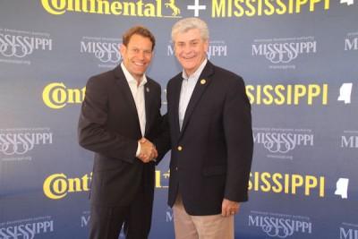 Nikolai Setzer, Vorstandsmitglied von Continental und Leiter der Division Reifen, und Phil Bryant, Gouverneur von Mississippi, bringen die Bauarbeiten für das rund 1,4 Milliarden Dollar teure Projekt offiziell auf den Weg
