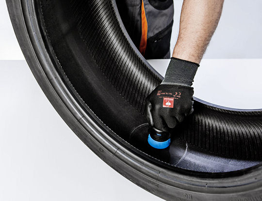 VDOs die Größe etwa eines 50-Cent-Stückes aufweisenden und vorprogrammiert ausgelieferten REDI-Sensoren sind nicht mit dem Ventil an der Felge verbunden, sondern sitzen in einem Gummicontainer, der in die Innenlauffläche des Reifens geklebt wird