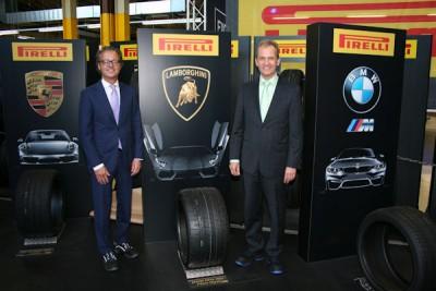 Michael Schwöbel, Sprecher der Geschäftsführung der Pirelli Deutschland GmbH (links), und Michael Wendt, Geschäftsführer Technik, blicken optimistisch auf die Zukunft des Pirelli-Produktionsstandortes in Deutschland, man werde auch in Zukunft kontinuierlich in dessen Bestand investieren
