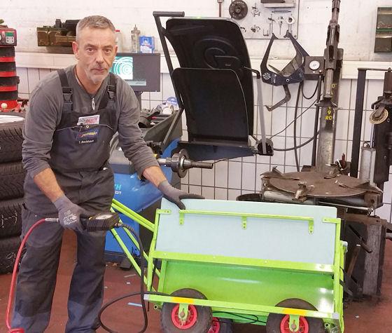 Schnell hat Kfz-Meister Thomas Beckhaus von dem Premio Betrieb den Handwagen des benachbarten Kindergartens wieder flottgemacht