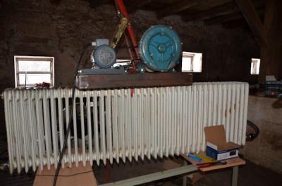 Die Nachkühlung der Anlage läuft noch über den alten Heizkörper. Oben auf dem Heizkörper steht der Generator, der die Anlage momentan mit Strom versorgt