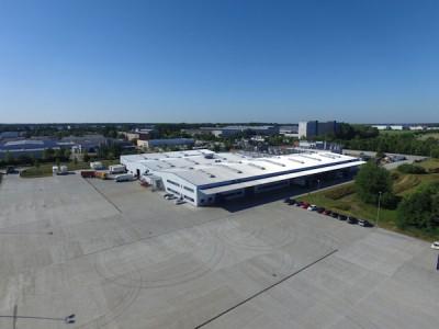 Das neue B+B-Zentrallager liegt auf einem 18,5 Hektar großen Grundstück, von denen rund fünf Hektar als befestigte Außenflächen für den Großhandel nutzbar sind; unter Dach befinden sich immer 13.500 Quadratmeter Lagerfläche