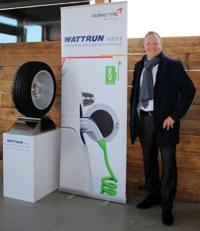 Dirk Rockendorf, Marketing Director Europe bei Kumho Tyre, stellt den neuen Kumho Wattrun VS31 vor