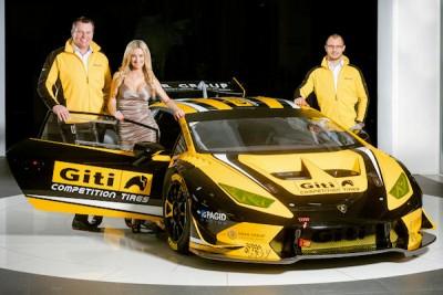 Tobias Stöckmann (links) und Robin Dörr, Teammanager von Dörr Motorsport (rechts), enthüllen den Lamborghini Huracán LP 620-2 Super Trofeo, mit dem sie beim kommenden 24-Stunden-Rennen auf dem Nürburgring Ende Mai die Konkurrenz aufmischen wollen