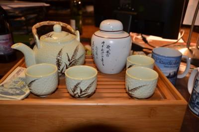 Auch das Teeservice ist auf dem Schreibtisch des Räderexperten zu finden. Er hat es von einem chinesischen Geschäftspartner geschenkt bekommen
