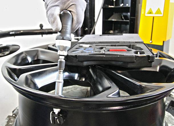 Durch den größeren Arbeitsaufwand in der Werkstatt beim Reifenservice an einem Fahrzeig mit direktem RDKS entstehen aufseiten der Kunden einerseits entsprechend höhere Kosten