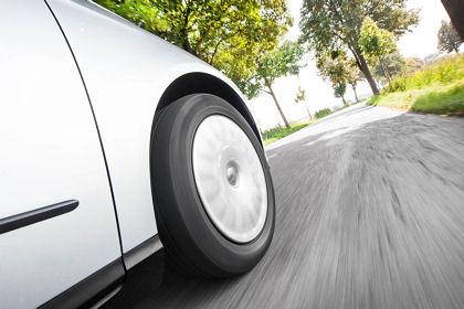 Da der Gesetzgeber die Emissionsgrenzwerte für Pkw und Nfz immer weiter heruntergeschraubt sind immer mehr auch energieeffizientere bzw. rollwiderstandsoptimierte und damit Kraftstoff sparende Reifen gefragt