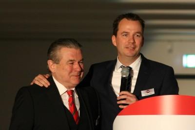 """Stephan Helm – seit 2012 Geschäftsführer von Reifen Helm – bedankte sich bei seinem Onkel Klaus Helm (links) für die Freiheiten, Dinge auch mal anders zu tun, und für den Rat, den dieser immer für ihn übrig habe; der gerürte Seniorchef wiederum meinte: """"Stephen, wir sind richtig stolz auf dich"""""""
