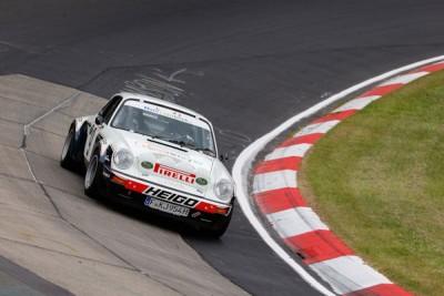 """Sehr zur Freude zahlreicher Fans fuhr Publikumsliebling Walter Röhrl am vergangenen Wochenende auf den Nürburgring ein Editionsmodell des Rallye-Porsche """"mit höchster Dynamik in Perfektion über die Strecke"""""""