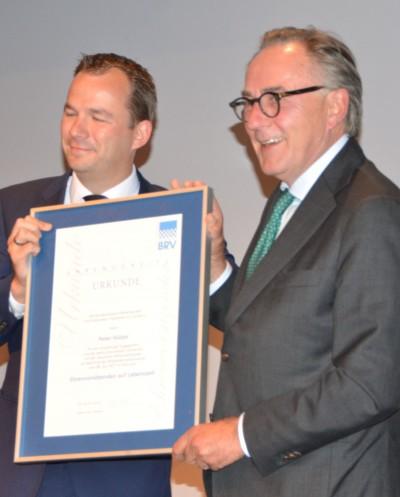 Peter Hülzer ist jetzt Ehrenvorsitzender auf Lebenszeit beim BRV. Übergeben hat ihm die Urkunde Stephan Helm (links)