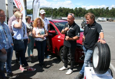 """Pressesprecher Christian Mathes (zweiter von rechts) erläutert die Vorzüge des im vergangenen Jahr eingeführten Bridgestone-Notlaufreifens DriveGuard, dem der """"Familiy Safety Drive"""" hauptsächlich gewidmet ist"""