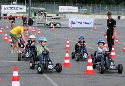 """Kinder im Straßenverkehr erleben oft gefährliche Situationen; Bridgestone machte die jüngsten Gäste des """"Familiy-Safety-Drive""""-Events spielerisch mit dem Thema Verkehrssicherheit vertraut"""