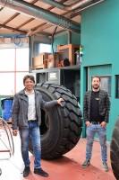 """Silvestro Mennella (F&E-Ingenieur) und Gomme-Tyres-Mitinhaber Fabrizio Favaro betonen, dass sich das neu aufgetragene Material """"auf natürliche Weise mit der Karkasse verbinden"""" kann, das Problem sich ablösender Laufstreifen gehöre damit weitestgehend der Vergangenheit an"""