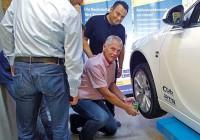 Die unterschiedlichen Anlernprozesse der RDKS-Sensoren werden praxisnah direkt am Fahrzeug erläutert