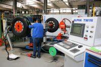 55 bis 60 Prozent der in Günzburg runderneuerten Lkw-Reifen werden im Heißverfahren produziert; dabei kommt modernes Equipment wie etwa die Alpha-Twin-Belegemaschine von Marangoni zum Einsatz