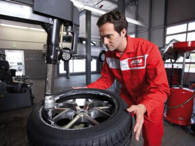 Käufern, die bis 26. April Pkw-Reifen im ATU-Onlineshop erwerben, bietet die Werkstattkette deren Montage in seinen Filialen für zehn Euro je Reifen an inklusive Wuchten/Gewichte und neuer Gummiventile an (Bild: ATU)