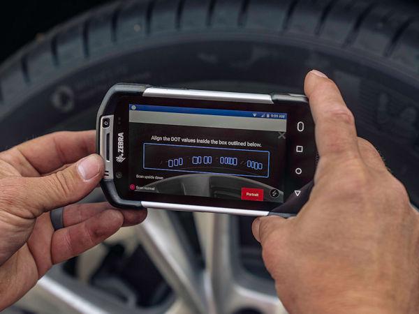 Dank der Anyline-Software zum Scannen der Reifen-DOTs soll mit dem Zebra-TC75x-Mobilcomputer die Reifenidentifikationsnummer auf der Seitenwand erfasst werden können, um Alter und Herstellungsort des Profils zu bestimmen (Bild: Anyline)