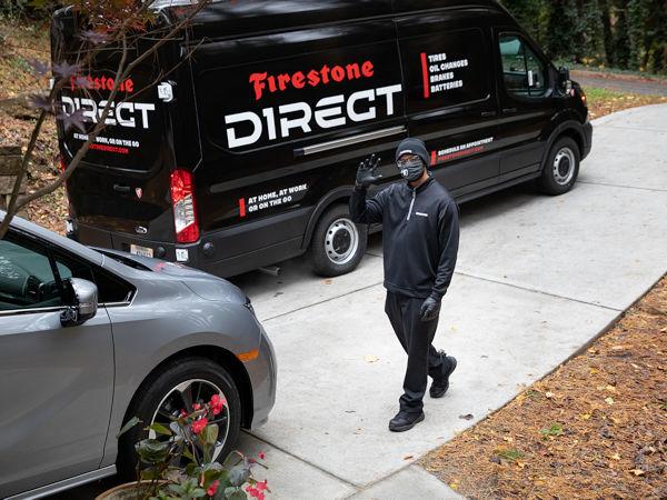 Beim Autoservice direkt vor der Haustür der Kunden kommen bei Firestone Direct speziell ausgestattete Servicefahrzeuge zum Einsatz (Bild: Bridgestone)