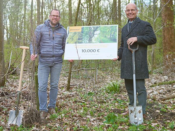 Scheckübergabe durch Roman Gaebel (links) – Leiter Vertriebsinnendienst Reifenersatzgeschäft Deutschland bei Conti – an den Vorstandssprecher der Plant-My-Tree-Stiftung Patric Kutscher (Bild: Continental)