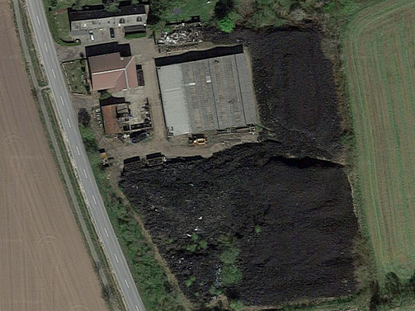 Die Höhe der ein auf ein Volumen von 23.000 Kubikmetern taxierten Altreifenhalde in Groß Offenseth-Aspern im schleswig-holsteinischen Landkreis Pinneberg soll zwischen einem und sieben Metern variieren (Bild: Google Maps/Screenshot)