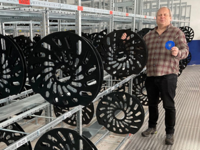 Setzt auch im erweiterten Lager auf Radschutzmatten der Safety Seal GmbH: Manfried Lehrke, Geschäftsführer des Point-S-Partners Reifen Lehrke in Dortmund (Bild: Safety Seal)