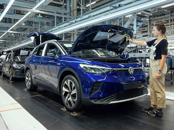 Nach dem bisherigen Jahresverlauf im Kfz-Markt und angesichts von Lieferengpässen bei Halbleitern hat der VDA seine Jahresprognose angepasst: Er rechnet für 2021 nun mit einem Anstieg der Pkw-Produktion gegenüber 2020 um 13 Prozent auf vier Millionen Einheiten, nachdem zuvor noch von einem 20-prozentigen Plus auf 4,2 Millionen Fahrzeuge die Rede war (Bild: Volkswagen)