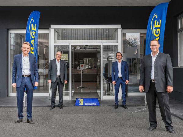 ESA-Vertriebsleiter Garagenkonzepte Markus Bigler (von links) begrüßt Philipp Huber bzw. die Huber Automobile AG als 400. Le-Garage-Partner im Beisein der ESA-Gebietsleiter Remo Müller und Bekim Dragaj (Bild: ESA)