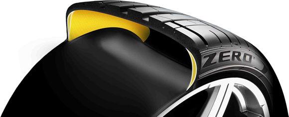 Das selbsttragende Runflat-System von Pirelli verwendet in den inneren Seitenwänden spezielle Verstärkungen, die es dem Reifen selbst bei komplettem Fülldruckverlust noch für bis zu 80 Kilometer ermöglichen sollen, die einwirkenden Seiten- und Querkräfte des Fahrzeugs zu tragen (Bild: Pirelli)