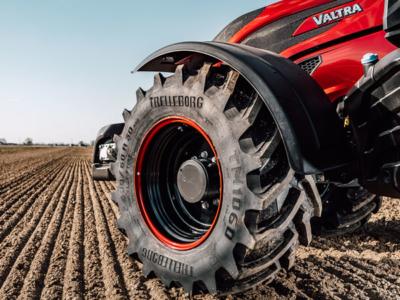 """Mit einer personalisierten Version seines """"TM1060"""", die auf einer Sonderserie von Valtras T-Modellreihe montiert wird, feiert Trelleborg Wheel Systems das 70-Jährige der zur AGCO Corporation zählenden Landtechnikmarke (Bild: Trelleborg)"""