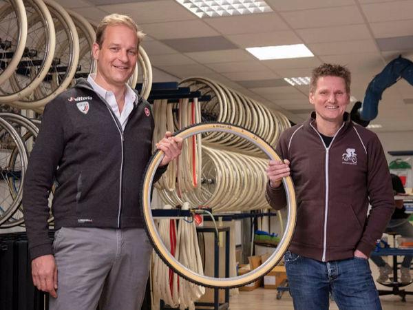 Stijn Vriends (links), Präsident & CEO der Vittoria-Gruppe, mit A. Dugasts Managing Director Richard Nieuwhuis (Bild: Vittoria)