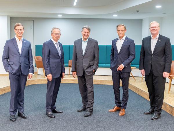 Von links: Prof. Dr. Stefan Asenkerschbaumer und Franz Fehrenbach mit Dr. Christof Bosch als Vertreter der Familie Bosch sowie Dr. Volkmar Denner und Dr. Stefan Hartung (Bild: Bosch)
