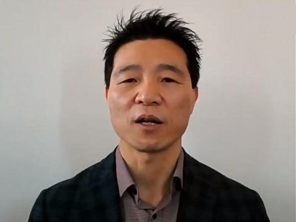 """Zwar habe die Corona-Krise für Kumho – wie für alle anderen auch – """"sehr harte Zeiten"""" mit sich gebracht, doch im BBC-Interview sagt Namhwa Cho als Europachef des Reifenherstellers, dass man nach der ersten Pandemiewelle schnell """"in der zweiten Hälfte des letzten Jahres wieder zurückkommen"""" konnte (Bild: BBC StoryWorks)"""