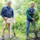Zum Auftakt für dem Euromaster-Wald nahe Lüdenscheid pflanzten der Plant-My-Tree-Gründer und -Vorstandsvorsitzende Sören Brüntgens (links) und Dr. David Gabrysch, Geschäftsführer für Deutschland/Österreich bei der Michelin-Kette, einen ersten Baum im Norden Düsseldorfs (Bild: Euromaster)