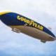 Wird bei sieben Gelegenheiten zumeist rund um motorsportliche Veranstaltungen in verschiednen Ländern am europäischen Himmel zu sehen sein: eines der auch Blimp genannten und in der Optik der Reifenmarke gestalteten Goodyear-Luftschiffe vom Typ Zeppelin NT (Bild: Goodyear)