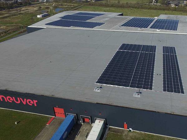 Zu den die bisher bereits mehr als 1.600 Solarpaneelen auf dem Dach der Heuver-Lagerhalle hat der niederländischen Großhändler nun noch einmal mehr als 1.500 weitere montieren lassen (Bild: Heuver)