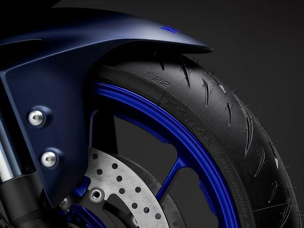 """Ab Werk wird Yamahas aktuelle YZF-R7 mit Bridgestone-Reifen des Typs """"Battlax Hypersport S22"""" bestückt (Bild: Yamaha)"""