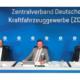 """Während ZDK-Vizepräsident Thomas Peckruhn (rechts) hofft, dass die """"Kunden ihre Verunsicherung und Zurückhaltung verlieren"""" bzw. wieder verstärkt Kaufverträge abschließen, erwartet ZDK-Vizepräsident (Mitte) Wilhelm Hülsdonk – hier mit ZDK-Hauptgeschäftsführer Dr. Axel Koblitz – eine stärkere Nachfrage im Bereich Wartung und Reparatur, da wohl wieder vermehrt mit dem Auto in die Ferien gefahren wird (Bild: ZDK/ProMotor)"""