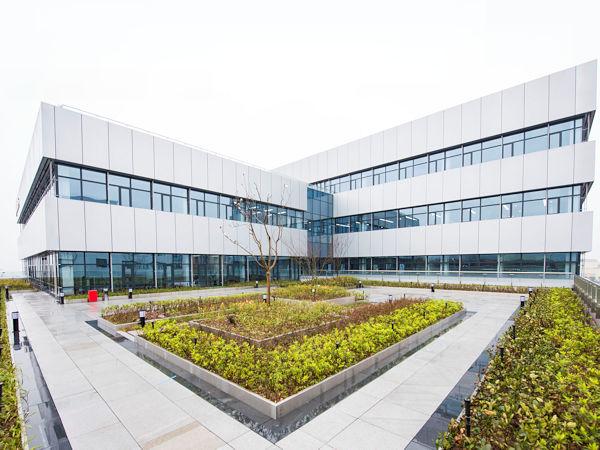 """Über das gerade neu eröffnete Continental-Entwicklungszentrum für Software und Systeme im chinesischen Chongqing soll die Zahl der im Reich der Mitte beschäftigten Konzernmitarbeiter weiter zulegen – """"bis Ende 2021 zunächst um eine niedrige dreistellige Anzahl"""", wie es heißt (Bild: Continental)"""