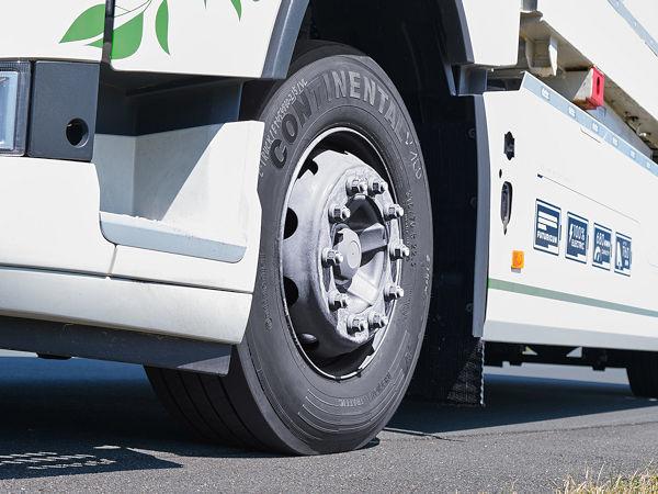 """Bei den aktuellen Testfahrten vergleicht Continental die aus seiner """"EcoRegional""""-Produktlinie bestehende Originalbereifung des E-Lkws mit dem """"EfficientPro"""" genauso wie mit als brandneu bezeichneten Prototypen (Bild: Continental)"""