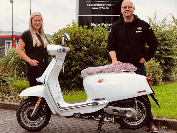 Alena Hambach vom Tyroo-Marketing Tyroo bei der Übergabe von einem der beiden Hauptpreise an Andre Reinke vom Einkauf bei Reifen Helm (Bild: Tyroo GmbH)