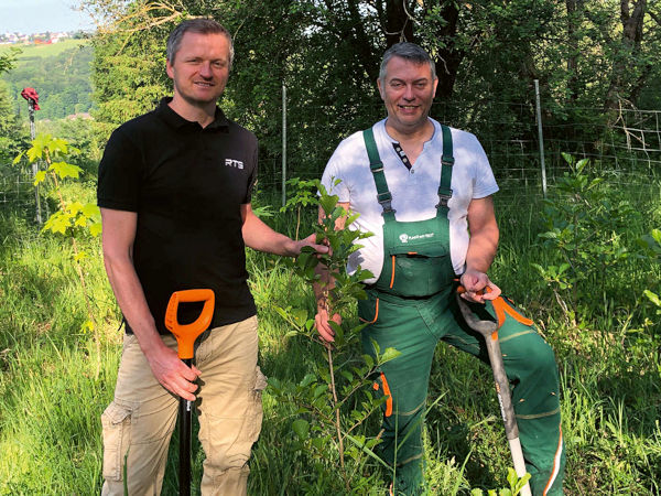 RTS-Produktmanager Sascha Schnitter (links) und Plant-My-Tree-Gründer Sören Brüntgens pflanzen gemeinsam die ersten Setzlinge für einen Mischwald im Aufforstungsgebiet Südharz-Hayn (Bild: RTS)