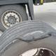 Bei einer Verkehrskontrolle ist den Beamten der Polizeiautobahnstation Baunatal ein Sattelzug mit stark beschädigtem Aufliegerreifen ins Netz gegangen (Bild: Polizei Nordhessen)