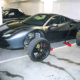 Drei der vier Räder des in einer Essener Tiefgarage abgestellten Ferrari hatten die Diebe bereits abmontiert, als ihr kriminelles Wirken von einem jungen Mann bemerkt wurde (Bild: Polizei Essen/ Mülheim an der Ruhr)