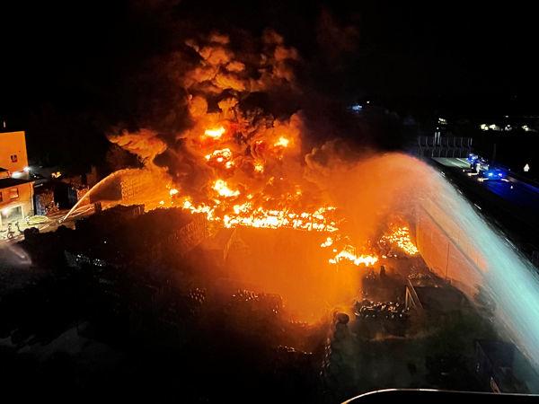 Beim Eintreffen der Einsatzkräfte sollen auf einer Fläche von 1.600 Quadratmetern gestapelte Altreifen in Flammen gestanden haben (Bild: Feuerwehr Bochum)