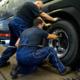 Die Montage der Reifen an dem Mannschaftsbus der Werkself erfolgte durch den Premio-Reifenservice Johann in der Filiale in Köln Porz (Bild: Kumho)