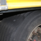 Bei einem der betroffenen Reifen soll auf der Lauffläche sogar bereits das Drahtgewebe zu sehen gewesen sein (Bild: Polizeidirektion Kaiserslautern)