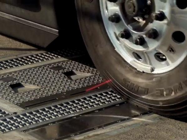 """Von Goodyear betreuten Flotten in den USA und Kanada bietet der Reifenhersteller für seine dort """"CheckPoint"""" genannte Überfahrlösung zur Ermittlung des Fülldruckes und der Profiltiefe von Nutzfahrzeugreifen neuerdings eine Leasingoption an (Bild: YouTube/Screenshot)"""
